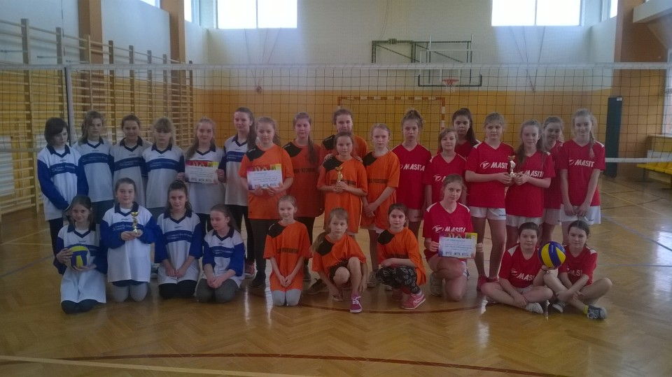 Dziewczyny w zawodach powiatowych w mini siatkówkę na III miejscu!!!