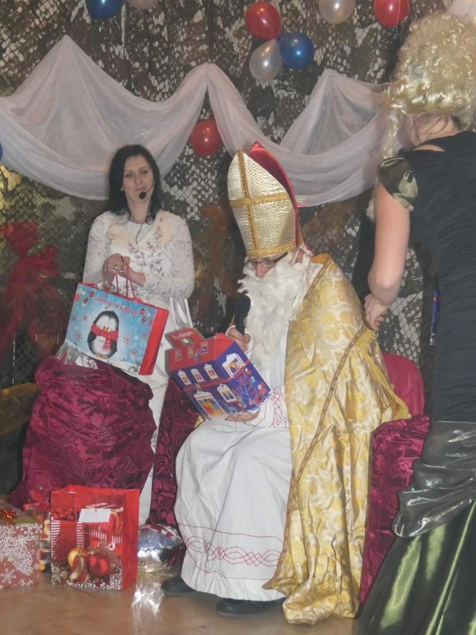 św. mikołaj przynosi prezenty
